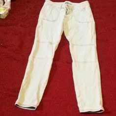HOLLISTER SKINNY LEG WAIST  28 size 7 Hollister skinny leg 281/2 inseam,  35 in. Sides,  28in. Waist  2 pockets on front, 2 pockets on back stretch jeans. pocket in right have thread coming loose . Hollister Jeans Skinny
