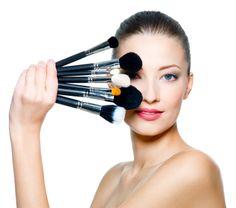 Tijdens een workshop kan je interessante make-up technieken eigen maken. Je leert hoe je je het mooiste kunt opmaken en hoe je de bijzondere aspecten van je gezicht kan accentueren. Daarnaast zal je gezichtsvormen (zoals kaaklijn, neus, ogen, wenkbrauwen, mond) leren herkennen en hoe je deze het mooist kan laten uitkomen met make-up. Een workshop bestaat uit afwisselend theorie en praktijk.