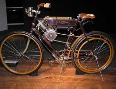 The 1900 Auto-Bi was an early motorcycle made by the Thomas Motor Company in Buffalo, New York. According to many sources, it was the first motorcycle widely available for sale in the United States. Antique Motorcycles, American Motorcycles, Indian Motorcycles, Old Bicycle, Old Bikes, Moped Motor, Motos Vintage, Motorised Bike, Motorized Bicycle