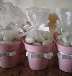 Vasinhos revestidos em tecido, com laço em cetim, organza, tags de agradecimento personalizados. Pedido mínimo 15 unidades.