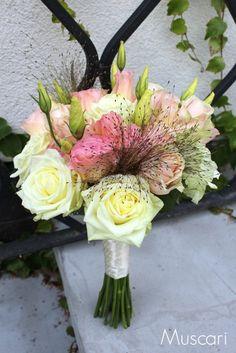Pudrowo-różowy bukiet ślubny z róż i eustom
