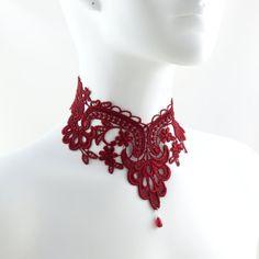 32 plus Collier de dentelle rouge victorien avec perle de verre en forme de larme.  Il se ferme avec un fermoir homard et une châinette plaquée argent décorée