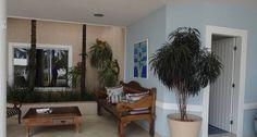 No projeto acima, de Raphael Costa Bastos, o telhado foi projetado para que as folhas das palmeiras passassem por ele. Assim, o jardim se torna um elemento de decoração da casa Foto: Divulgação