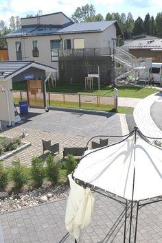 Tiikerinsilmä 7 ja Tiikerinsilmä 9. Molemmat pihat on päällystetty mustilla Torino-kivillä. http://www.rudus.fi/pihakivet
