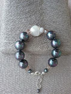 Shell pearl and baroque pearl bracelet, Handcrafted bracelet from Spain, statement bracelet, gift for her, grey shell pearl bracelet
