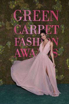 41a8efb7a Vem saber o que rolou no Green Carpet Fashion Awards 2018. Sara Sampaio de  Alberta Ferretti. Lilian Pacce