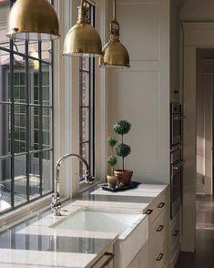 White Kitchen Interior, Modern Home Interior Design, Home Decor Kitchen, Modern Design, Kitchen Modern, Kitchen Time, Modern Farmhouse, Farmhouse Style, Kitchen Lighting Design