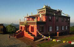 Centro Budista Chagdud Gonpa Khadro Ling, de tradição tibetana, em Três Coroas, no Rio Grande do Sul. Um cantinho de paz e harmonia na Serra Gaúcha. Confira outros templos budistas pelo Brasil >>> http://www.guiaviagensbrasil.com/blog/turismo-zen-conheca-os-templos-budistas-do-brasil/