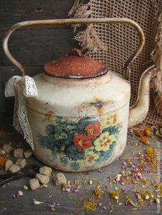 `Настурции` чайник. Летний букетик цветущих настурций создаст тёплую и уютную атмосферу в вашем доме...   Старинный чайник  украсит интерьер в стиле кантри или прованс.Может быть использован как ваза для цветов, кашпо для сухоцветов и для пополнения коллекции.