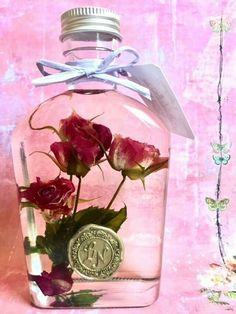 magenta roseは、シーリングスタンプの付いたボトルを使ったアンティークのような「花の女王」バラのハーバリウム(観賞用植物標本)です。 素材を活かし、「そこに咲いている」をテーマにしています。 今回は愛されカラーである「マゼンダ」色のバラを使いました♡ カラーセラピー界では「幸せを引き寄せる色」と言われているそうですよ。 生花と違い水やりやお手入れはもちろん不要です。お部屋や玄関など、お好きなところに飾ってお楽しみ下さい。お部屋にそっと置くだけで、女子力が上がりそうですね♪