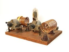 we picked it because it is a Radio Transmitter Steampunk Furniture, Steampunk Lamp, Diy Electronics, Electronics Projects, Radio Amateur, Ham Radio Equipment, Lps, Arduino, Radio Antigua