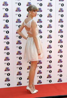 Taylor Swift in Alice & Olivia with Charlotte Olympia kitty shoes