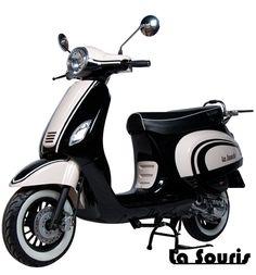 Deze Vespelini Scooter in Glanzend Zwart / Wit is door La Souris zelf ontworpen. Dit houdt in dat deze scooter nergens anders verkrijgbaar is. De scooter is voorzien van een halogeen koplamp, geïntegreerde knipperlichten en Led Remlicht. Dit model lijkt veel op de Vespa LX. De scooter wordt geleverd met een gratis chromen bagagerek, chromen charterkap en white wall banden t.w.v. € 150,00.