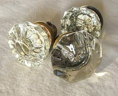 Love these doorknobs! I have a few in the basement, I think I will make a coat hanger for my daughter's room :)