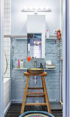 O banheiro é geralmente a parte esquecida quando se trata de decoração de interiores, principalmente quando o espaço é reduzido. Mas é aí que entra a criatividade!