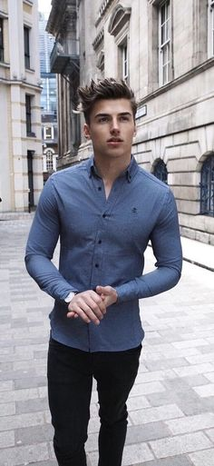 Casual summer outfit idea with a blue long sleeve shirt watch black denim. model… Casual summer outfit idea with a blue long sleeve shirt watch black denim. Outfit Hombre Formal, Outfits Hombre, Winter Dress Outfits, Casual Winter Outfits, Dress Winter, Ropa Semi Formal, Stylish Men, Men Casual, Smart Casual