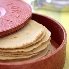 La tortilla de maïs est un aliment de base au Mexique et en Amérique centrale. Elle est utilisée pour faire des tacos, des enchiladas ou même des chips.