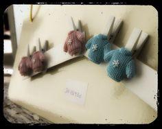 art 19995 mollettina legno cm 3.5 h 4.5 maglioncino rosa-celeste- scatola pz.96 http://www.glesa.it/articoli/19995 #bomboniere #battesimo