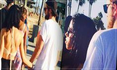 """Robert Pattinson é Visto De Mãos Dadas Com Tahliah Debrett Em Venice Beach, Na Califórnia Robert Pattinson, foi fotografado de mãos dada e abraçando a cantora britânica FKA Twigs pelas costas em Venice Beach, na Califórnia, no domingo (21). E em outra imagem o ator aparece fazendo compras. As imagens e o vídeo à seguir foram registrados por fãs. O que nos resta mais uma vez é a interrogação """"Será verdade os rumores de que os dois estão juntos?"""""""