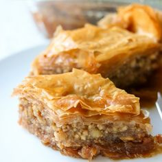 Classic baklava recipe with chopped walnuts, 40 sheets of layered Phyllo dough, olive oil (or butter) sugar, ground cinnamon and cloves. Crockpot Recipes, Cooking Recipes, Healthy Recipes, Eat Healthy, Baklava Recipe, Lemon Syrup, Phyllo Dough, Ground Cinnamon, Keto Dinner
