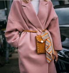 Autumn/Winter: Pink oversized coat belted with mustard suede cross body / Mehr … - Women Fashion Oversize Mantel, Oversized Coat, Looks Chic, Looks Style, Womens Fashion Online, Latest Fashion For Women, Fashion Week, Winter Fashion, Fashion Trends