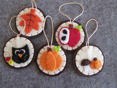 Felt ornaments - Fall ornaments- Christmas Ornaments - Fall home decors - Ornamenti in feltro - 5 Decori per l'autunno con gufo, zucca, funghi, mela e foglia - Decori per Natale - Creazioni fatte a mano - di TinyFeltHeart su Etsy
