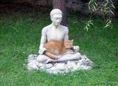 この石像はもともと、そういう風にデザインされているのだと思います