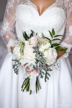 #ramosdenovia #fabianluque #fotografoslleida #noviaselegantes #fotografosdeboda #noviasdelleida #lleida #boda #fincaprats #hotelpratslleida #bodaslleida #ramos Wedding Dresses, Fashion, Weddings, Simple Style, Photo Style, Wedding Bouquets, Bride Dresses, Moda, Bridal Gowns
