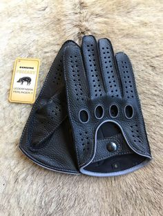 Mens peccary leather gloves for driving with different stitching and piping color. The different stitching and piping color make this gloves more fashionable. Do you need a pair of gloves for touching nice things in nice clothes? We are talking about driving, holding your wife's hand , or driving an Porsche,or Jaguar or Lexus. These may be for you.The contrast stitching and piping give for this glove a perfect look to be more special then the other gloves. These are sartorial gloves. These a... Mens Gloves, Leather Gloves, Leather Men, Beard Suit, Driving Gloves, Elegant Man, Mens Gear, Mens Clothing Styles, Mens Fashion