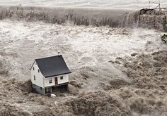 The one house that survived the great flood in the Saguenay region in 1996 Canadian Soldiers, Canadian Army, Canadian History, Canadian Rockies, Flood Areas, Texas Flood, Lac Saint Jean, History Taking, Flood Risk