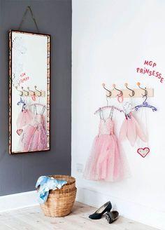 Til MGP prinsessen Et spejl og lidt udklædningstøj i en kurv og på knager – mere skal der ikke til, før koncerten er i gang!