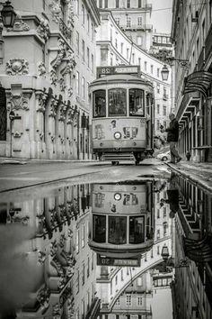 A Lisbonne - le tramway vintage iconique a le couleur jaune
