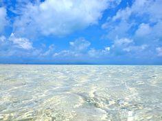 竹富島 コンドイビーチ。  青い空、透き通るような青い海。沖縄に行くなら、ビーチに行かなきゃはじまらない!!沖縄には透明度の高い、美しいビーチがたくさん点在しています。沖縄のおすすめビーチ10選をご紹介します♪ 1.宮古島...