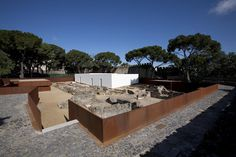 The Musealization of the Archaeological Site of Praça Nova of São Jorge Castle, in Lisbon, a project by Portuguese architect Joao Luís Carrilho da Graca apart from being an exceptional project has also received the Piranesi Prixde Rome 2010 international prize. But, who could describe this project better than the architect himself? The following text is part of the text published in Pirenesi Prize application.