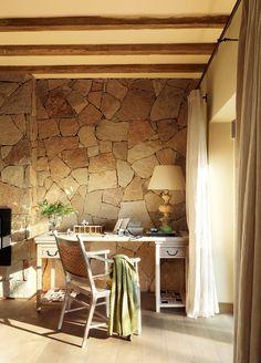 Una casa ideal para desconectar · ElMueble.com · Casas.- Mesa, butaca, lámpara y cortinas de Becara.
