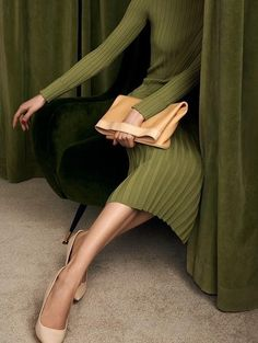 o my that is my color! photography green brown dress with white dots Foto Fashion, Fashion Tips, Fashion Trends, Fashion Beauty, Fashion Mask, Fashion 2018, Runway Fashion, Fashion Ideas, Fashion Dresses