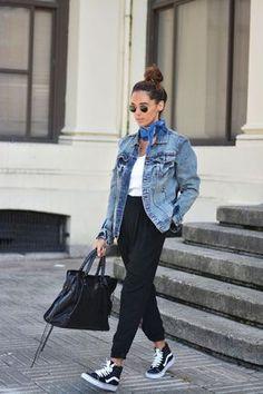 Chica usando pantalones negros con tenis blusa blanca y chaqueta de mezclilla