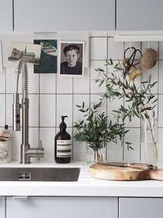 Kitchen Remodeling: Choosing a New Kitchen Sink - Kitchen Remodel Ideas Grey Ikea Kitchen, Corner Sink Kitchen, Stylish Kitchen, New Kitchen, Kitchen Ideas, Kitchen Inspiration, Homey Kitchen, Kitchen Notes, Kitchen Layouts
