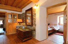 Kamenné zdi ponechal majitel na některých místech Entryway, Loft, Nice, Bed, Furniture, Home Decor, Entrance, Decoration Home, Stream Bed