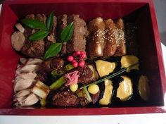 hotoha&mihogashi 2015年版おせちallvegan  2の段 ・高野豆腐のカツ 自家製野菜ソース ・れんこんとキヌアのベジミートローフ風 ・大豆ミートの偽鳥の照焼き風 ・白味噌ぎんなんのうにソース風お寿司 ・大根とクルミのパテのraw 餃子風