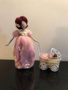 Esta cifra representa la apacible imagen de la madre. Hay una combinación de dos colores: rosa y amarillo. La figura pequeña del bebé se hace con gran precisión, como es el peinado complejo de la madre, pero que su óvalo de rostro muy dulce. Esto es un regalo perfecto para un joven o para