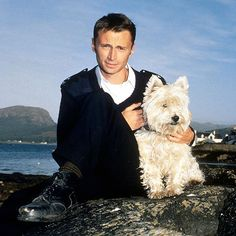 If we need distraction, how about Robert Carlyle hot, instead of green?  And a dog lover!