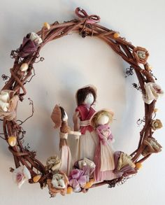 corn husk wall decor; brilliant! Corn husk dolls - a great craft for those with serious wheat allergies on Lammas / Lughnasadh. Gluten-free, wheat-free art and decor for August 1st or even Thanksgiving.