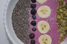 Low FODMAP Smoothie Bowl and recipe guide to making nourishing low FODMAP smoothies & smoothie bowls!