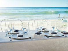 Som inspiration till vårens och sommarens kommande fester bygger vi ett middagstält nere på stranden. Det blir en vacker och inbjudande inramning till bröllopskvällen, kalaset eller studentfirandet.