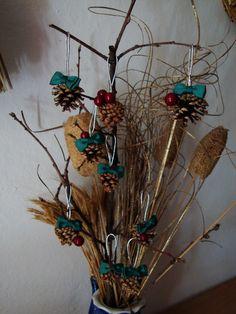 Mais uma utilização para as pinhas que recolhi!!! Dão sempre uns enfeites de Natal interessantes :D   http://asmalasdabi.blogspot.pt/2012/11/o-natal-esta-chegar.html
