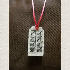 médaillon, brodé, main, france Blackwork, Dog Tags, Needlepoint, Dog Tag Necklace, Cross Stitch, France, Jewelry, Objects, Hands