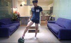 Cómo ponerse los pantalones sin usar las manos en 44 segundos.