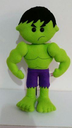 Vários personagens    Hulk todo em feltro, fica em pé com ajuda da base.  (Base já inclusa)