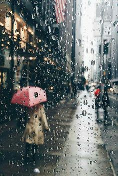 Find images and videos about wallpaper, fall and rain on We Heart It - the app to get lost in what you love. Rainy Mood, Rainy Night, Rain Photography, Street Art Photography, Rainy Day Photography, Walking In The Rain, Singing In The Rain, Gif Chuva, Rainy Street